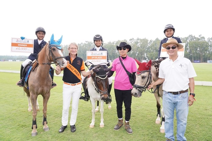 Dr. Harald Link, president of the B.Grimm Group and the Thailand Equestrian Federation, congratulates the Show Jumping winners.