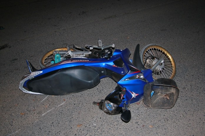 A speeding motorcyclist drove into a utility pole in Sattahip, killing himself and injuring his girlfriend. Neither rider was wearing a helmet.