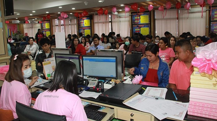 Over 200 couples signed marriage registrations at Banglamung District Office.