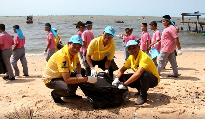 About 300 Banglamung students and volunteers join a project to clean up the beach and marine ecosystem in the Rong Po Community.