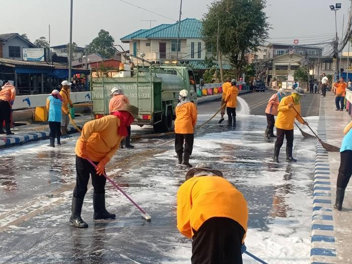 Deputy Mayor Banlue Kullavanijaya on Feb. 26 led staff from the Pattaya Public Health and Environment Office out to undertake a 'big cleaning day' in Naklua. City workers picked up garbage, swept away sand, and washed the street from Long Bridge at the Naklua's Old Market through to Lan Pho Market. Their efforts resulted in a cleaner environment and a safer road.