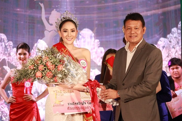 Deputy City Manager Pramote Tubtim crowns Pattarawarin Ngamsomsong as Queen of Health 2020.