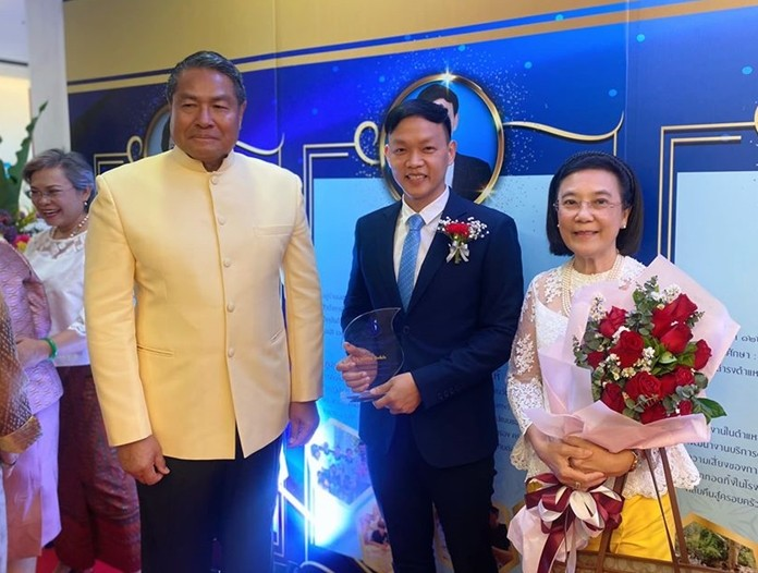 Privy Council member Palakorn Suwannarat (left) presented Pirun Noyimjai (center) with the Pakorn Prize Feb. 14 at the Ministry of Social Development and Human Security's annual Pakorn Day commemoration. HHNFT Director Radchada Chomjinda (right) joins the celebration.