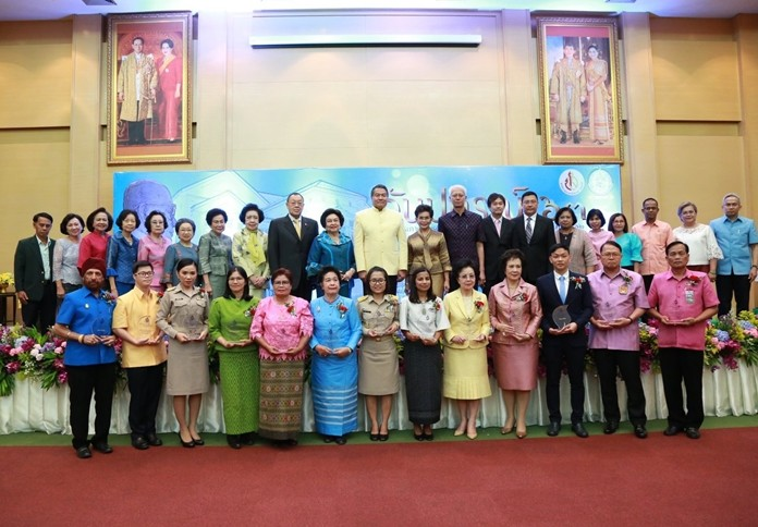Privy Council member Palakorn Suwannarat (back row, center) and gusts of honor congratulate 13 people (front row) who received the award.