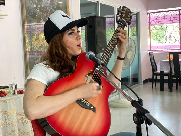 Sina Theil sings beautiful songs for the children.