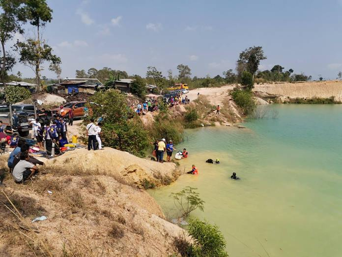 Divers took two hours to find and recover the body of Surachai Jungsuk, 40, from the six-meter-deep lake on Soi Nong Maikaen 17.