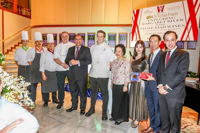 Panga Vathanakul, Managing Director of the Royal Cliff Hotels Group (4th right), Prem Calais, GM of the Royal Cliff Hotels Group (5th left), and Jan Lorenzen, RM of the Royal Cliff Grand Hotel (right) along with Royal Wing Suites & Spa's Chef Nick Vonk (centre), Royal Cliff's Executive Chef Peter Held (4th left) and their team, presented a gift to Sunthorn Lapmul, Marketing Director of Wine Dee Dee. Co, Ltd.