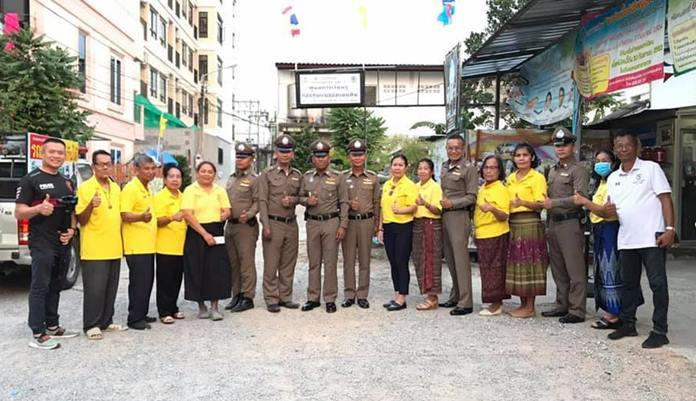 Residents of the Soi Khopai Community, welcome police officers to their community and asked them to be lenient when issuing traffic violation tickets.
