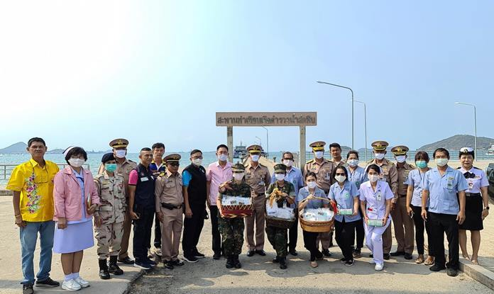 Vice Adm. Thani Kaewkao, director-general of the Naval Civil Affairs Department, and representatives from the ministries of Interior and Public Health and the Chonburi Provincial Administration Organization walked through the community passing out 500 hygiene masks.