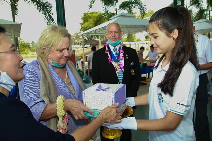 Nong Polly, CPDC's representative, presents a souvenir to H.E. the Austrian Ambassador to Thailand, Dr. Eva Hager.