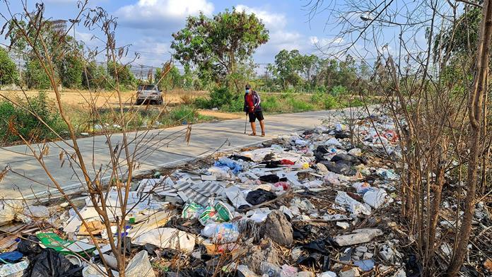 Najomtien residents want police to crack down on the illegal dumping of garbage along a local access road.