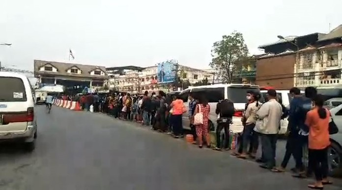 Thousands of Myanmar nationals waiting to cross the border at Tak province.
