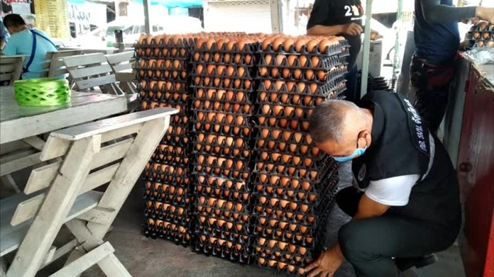 Officials from the Ministry of Commerce have inspecta chicken egg farm in Nakhon Sawan, in allegation of selling eggs at unreasonably high prices.