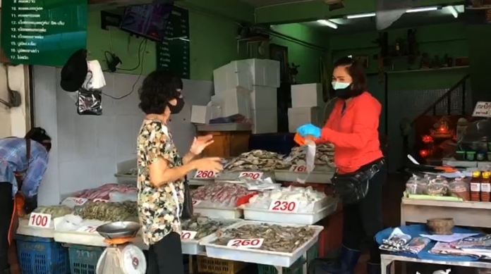 One of the most fresh seafood-product abundant provinces – Samut Sakhon- is now put under maximum precaution of coronavirus containment measures. Everyone must wear face maskswhen going outside or fined 2,000 baht, clean their hands and follow social distancing in the markets.