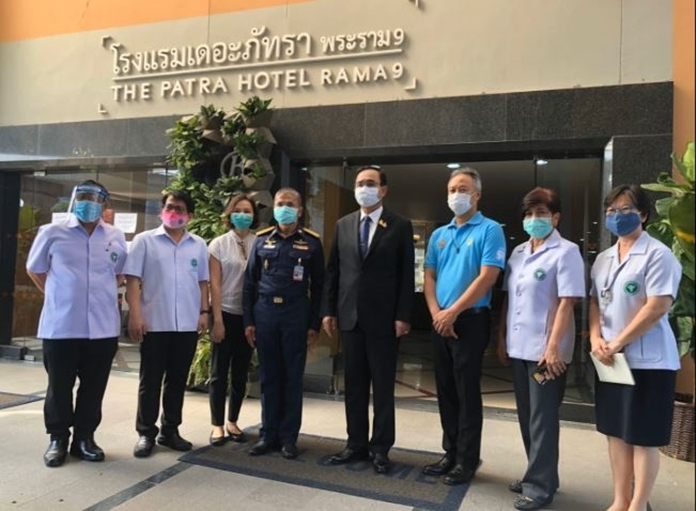 A group photo with disease control medical staff at the hotel.