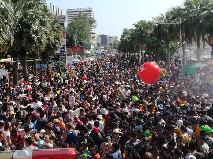 Provincial governors were assigned to launch patrols to the areas that pose risks of disease transmission including public parks, beaches and hotels during the Songkran festival. (File photo)