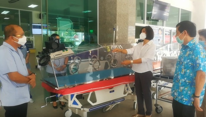 Warakorn Wiriyaphan (2nd right), Vice Chairman of the Sanctuary of Truth, presents the mobile negative pressure beds to the Banglamung Hospital.