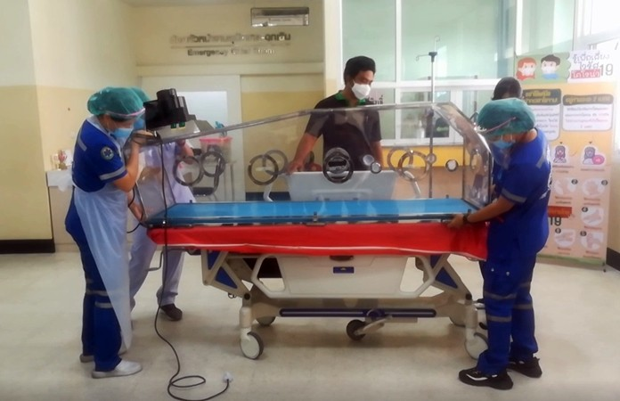 Medical personnel install the mobile negative pressure beds in the emergency room of the hospital.