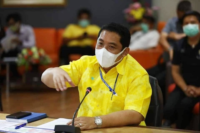 Pattaya Mayor Sonthaya listens to tourism executives' calls for the government to grant them massive tax breaks and economic relief to prevent hotels, tourist attractions and related businesses from going bankrupt.