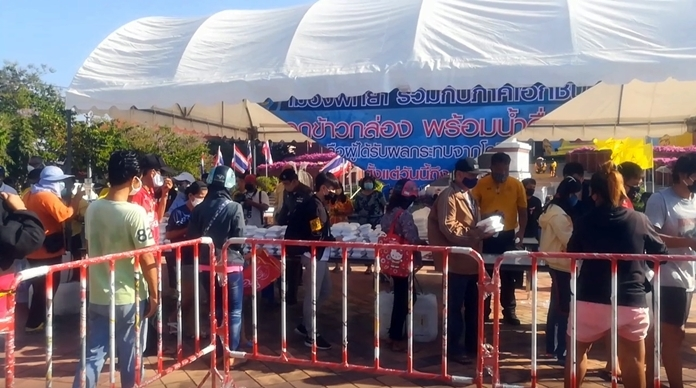 Pattaya City Hall is distributing 1,000 boxed meals to the city's poor and unemployed every day until the end of the month.