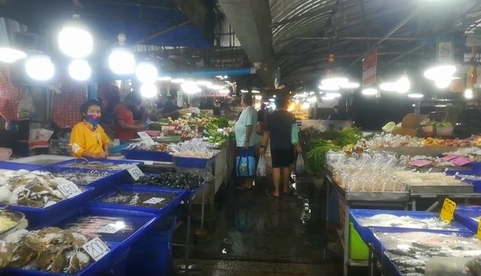 Lan Po Market on the weekends is usually rife with the smell of sizzling shrimp and squid, but under Pattaya's coronavirus lockdown, business has slipped off the hook.
