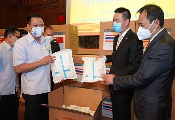Thai officials gratefully receive the precious gifts of medical supplies from China.