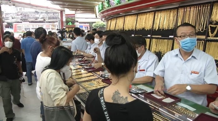 Gold shops in Chinatown, Bangkok were kept busy all day long as people lined up to sell their gold.