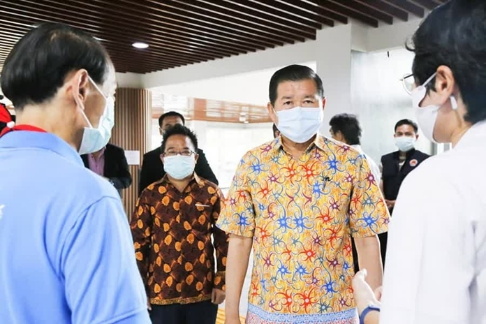 Deputy Minister of the Interior Nipon Bunyamanee visited Songkhla province, and thanked the doctors, nurses, and all health workers for their tireless devotion and sacrifice in fighting against COVID-19.