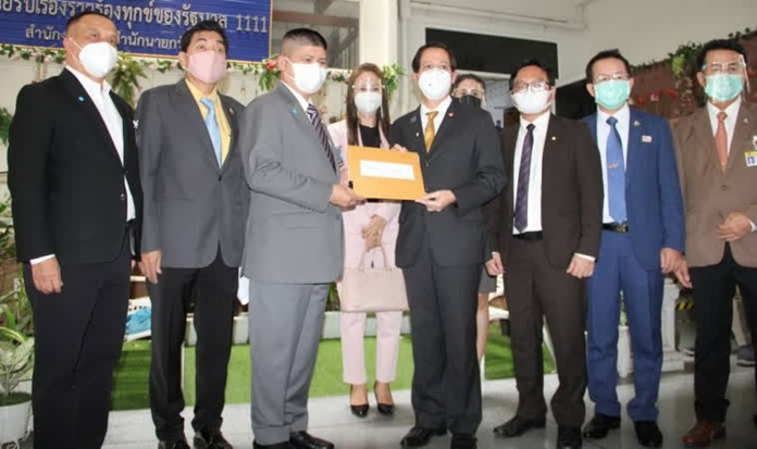 The Secretary-General of the Pheu Thai Party, Gp. Capt. Anudith Nakornthap(right), representing the six opposition parties, handed a request to the Prime Minister.