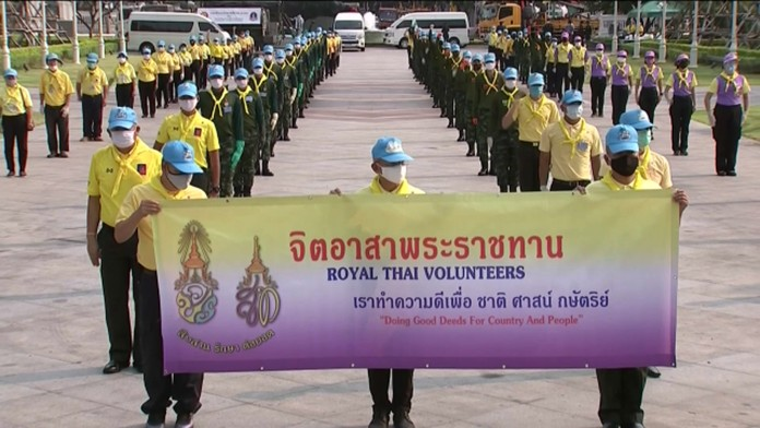 At the King Rama I Monument in Phra Nakhon district, Bangkok, on Friday (Apr 3), Gen. Siva Paramoratat led members of the Volunteering Good Deeds from Our Heart to clean areas around the King Rama I Monument.