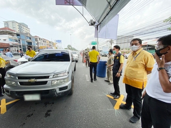 Chonburi Gov. Pakarathorn Thienchai (3rd right) and Pattaya Mayor Sonthaya Kunplome (2nd right) inspect the lockdown to make sure it is running smoothly.