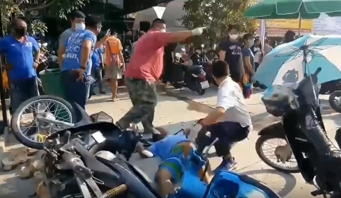 An impatient and near-sighted driver who tried to overtake another car on in the left lane on Soi Chaiyapornwithi 27 crashed into six parked bikes he didn't see.