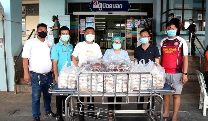 Former Pattaya mayor Niran Watttanasartsathorn and Pattaya City Councilor Sinchai Wathanasartsathorn together with other city hall officials bring food for distribution to the medical staff at Banglamung Hospital.