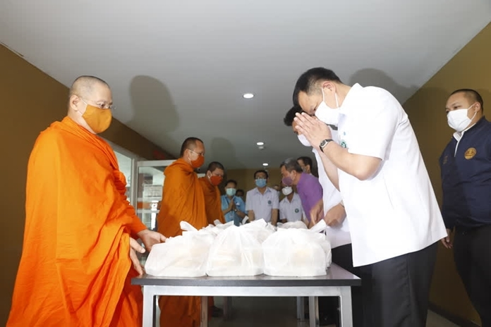 Mr. Anutin Charnvirakul, Minister of Public Health inspected the state quarantine for monks and Buddhist nuns in Samut Prakan province.