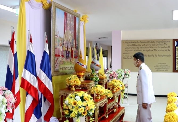 Government officials pay their respects to HM King Maha Vajiralongkorn on Coronation Day.
