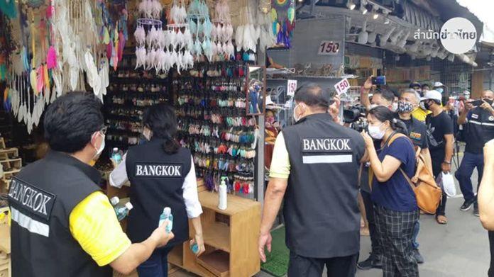 Asawin Kwanmuang, Bangkok Governor and of the Bangkok Metropolitan Administration officials inspected COVID-19 prevention measures at Chatuchak Weekend Market on Sunday.