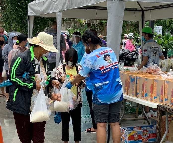 Thai families were grateful to receive food and amenities from the generous Norwegians.