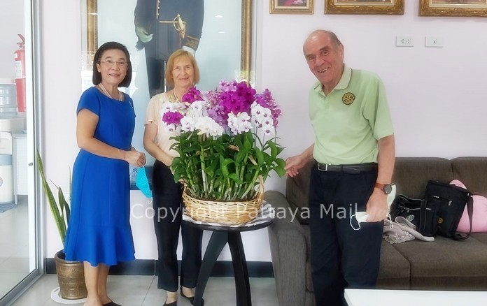 Radchada Chomjinda presented the couple with a huge bouquet to commemorate their special day of love.