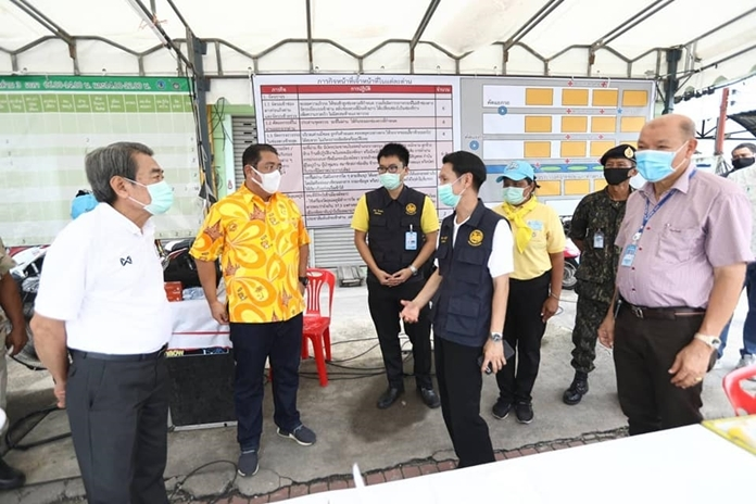 Banglamung District Chief Amnart Charoensri and Pattaya Mayor Sonthaya Kunplome thanked workers at all eight checkpoints before shutting them down May 4.