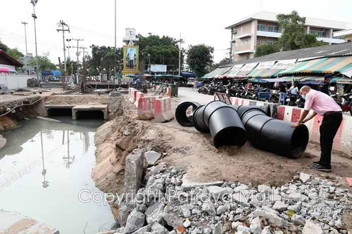 Contractors were ordered to quickly link Pattaya's sewer system to new pipes being laid in Naklua after slow work lead to smelly floods outside the Naklua New Market.