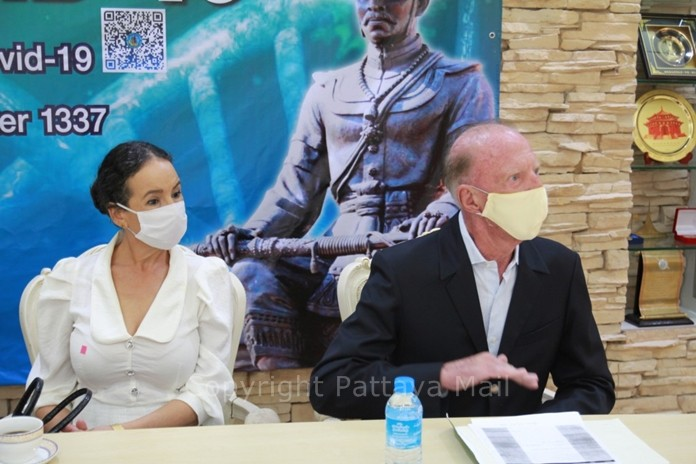 Gerrit and Anselma Niehaus express their feelings about Thailand to the mayor and other participants at the meeting.