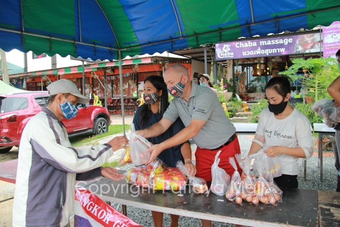 On May 28, Nikul Sellick,owner of Chaba Masssage on Siam Country Club Road,together with Carl Sellick and members of the Bangkok Gentlemen Spoofers (BGS) joined together in distributing 600 sets of rice, dried food and water to people who have been drastically affected by the economic hardships caused by the coronavirus pandemic. Officials from the Nongprue municipality were on hand to assist ensuring that the people obeyed the distancing rules, wore a face mask and washed their hands with sanitizing gel.