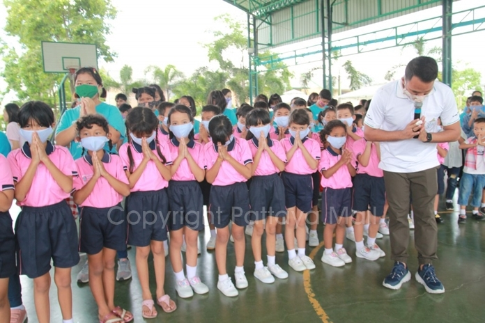 Khru Alex led children to say thank you the benefactors.
