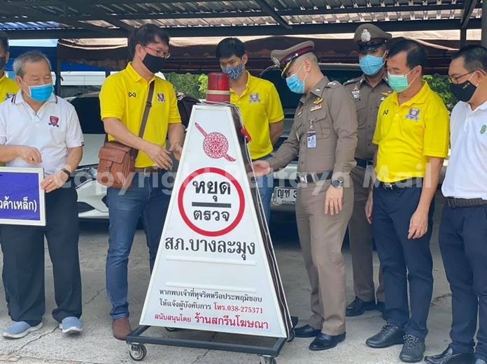 Banglamung police also received an 8,500-baht donation from Screen Advertising, a sign maker who donated a lighted checkpoint sign.