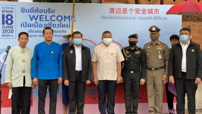 Deputy Interior Minister Nopon Boonyamanee (3rd left) and Chiang Mai Gov. Charoenrit Sanuangsit (center) invite domestic tourists to return to Chiang Mai