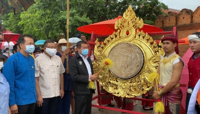 Deputy Interior Minister Nopon Boonyamanee bangs the gong Lanna style to open Chiang Mai domestic tourism after COVID-19.