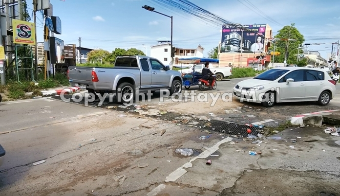 Raging floodwaters from a heavy overnight storm Sunday deposited a wave of trash along Soi Khao Noi in East Pattaya.