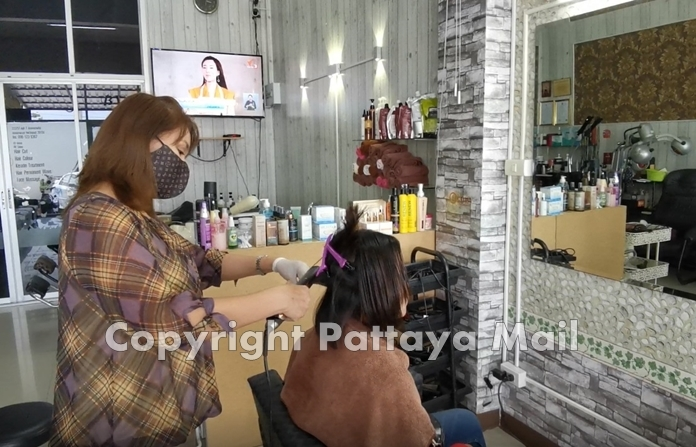 Benjawan Jantamart, owner of BV Salon, revealed that after the government announced the 4th phase of business easing, the shop is now open for customer service as usual. She found that more than 60 percent of her customers have returned.
