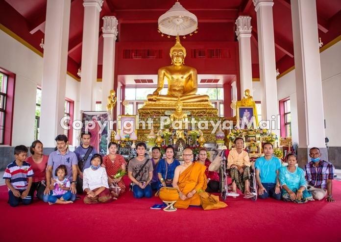 "Urasin ""Wat"" Khantaraphan enters the monkhood to honor his parents."