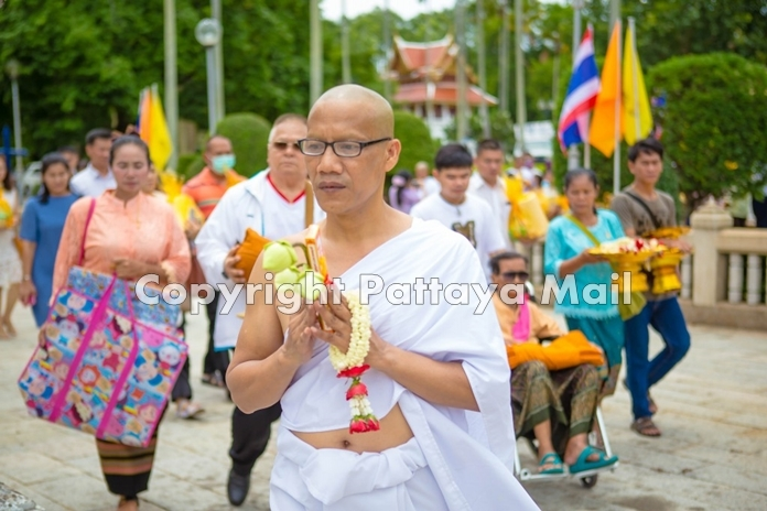 The entourage walks three times around Wat Yansangwararam Woramahawihan for the Wien Thein ceremony.